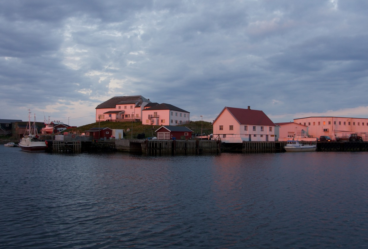 140708 1am and Midnight sun setting over Rost