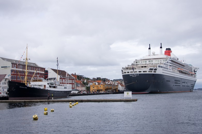 140816 2 Queen Mary 2 in town