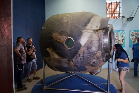 161129 8 Guantanamo Cuba Museum Lazaro Lee L Jan and Space capsule