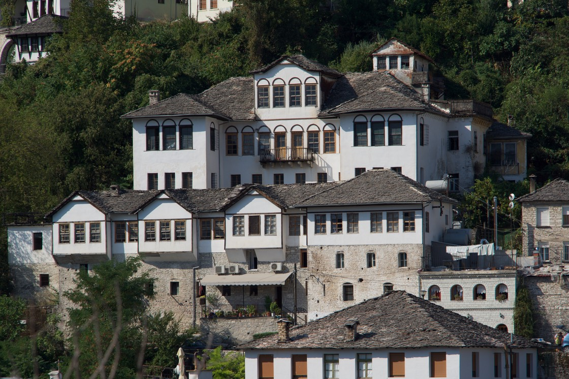 190823 4 Walking Gjirokaster the wealthier houses picked by the number of chimneys