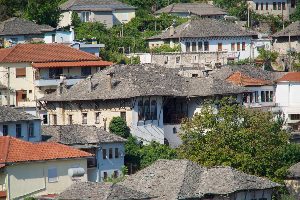 190823 5 Walking Gjirokaster the wealthier houses picked by the number of chimneys